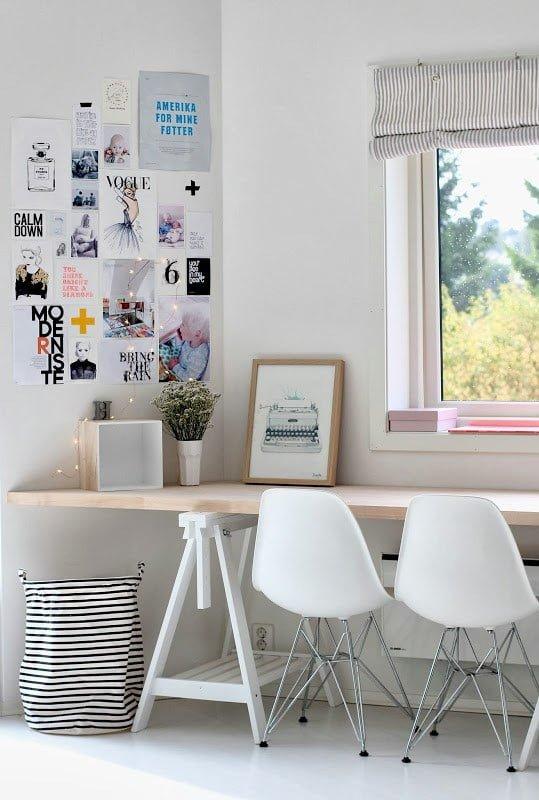 Un bureau devant une fenêtre