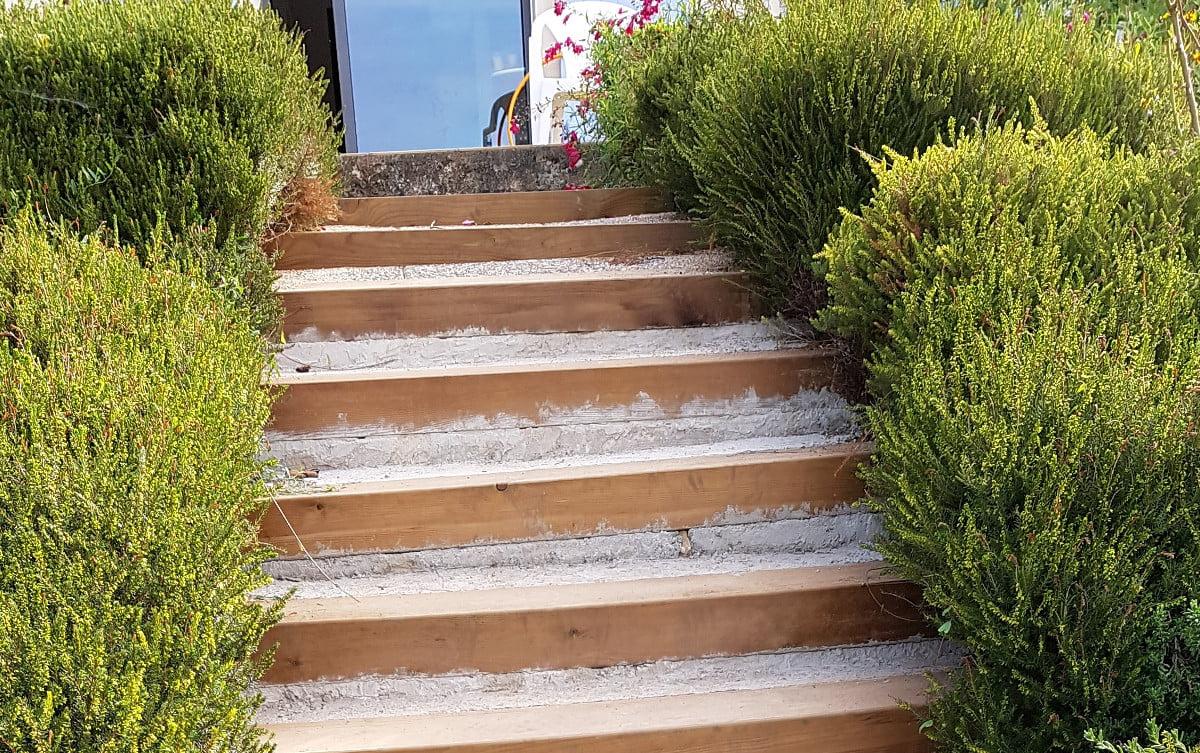 Rénover un escalier extérieur en traverses de chemin de ...